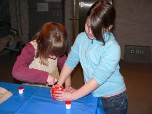Museumspädagogik: Schulklasse beim Experimentieren
